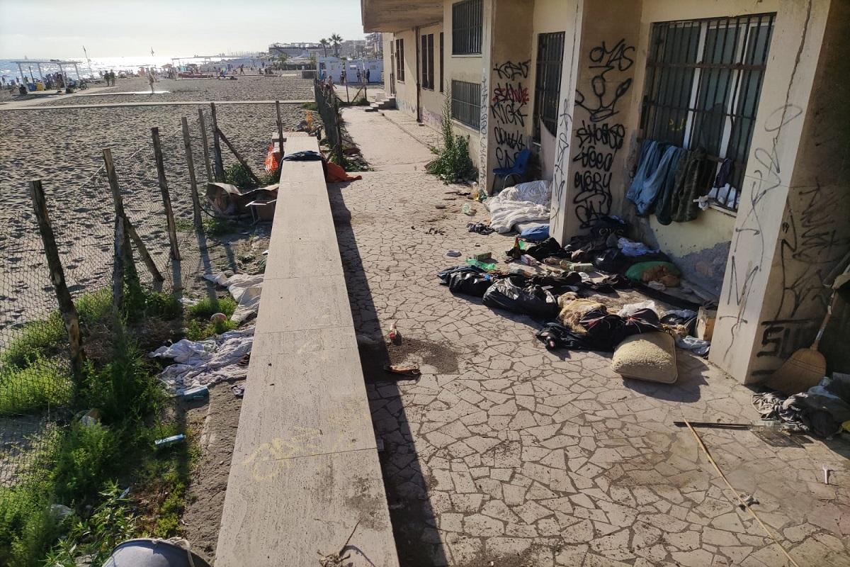 """Ostia, la Lega denuncia: """"topi, rifiuti e abbandono nella spiaggia dell'ex ufficio tecnico"""""""